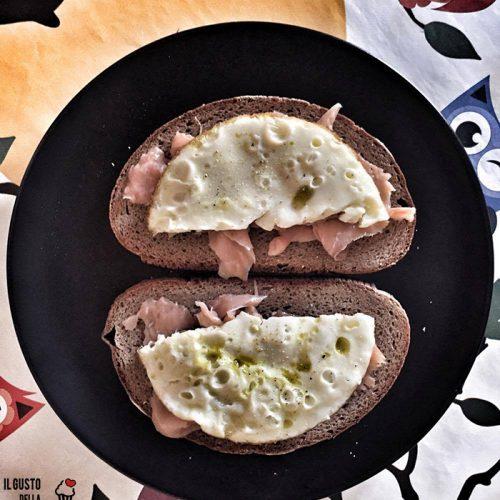 Bruschetta di pane di segale con salmone affumicato